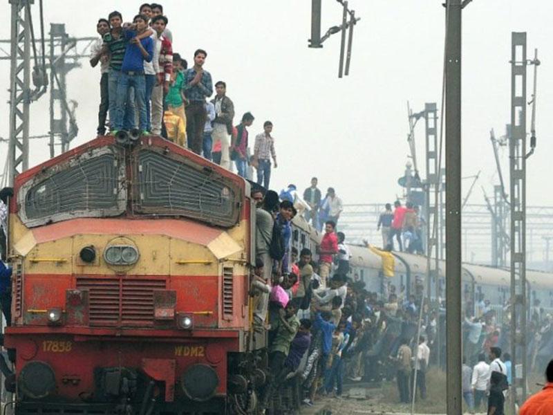 Tidur di Rel, 15 Orang Tewas Terlindas Kereta