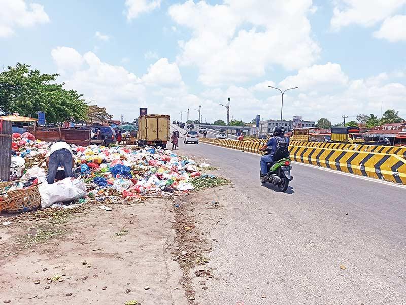 Sampah Berserakan ke Badan Jalan