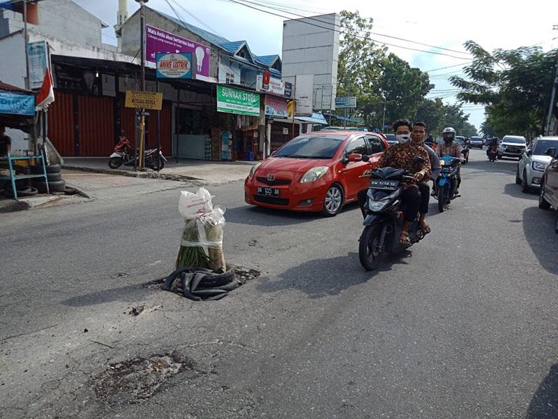 Warga Tanam Pohon Pisang di Tengah Jalan