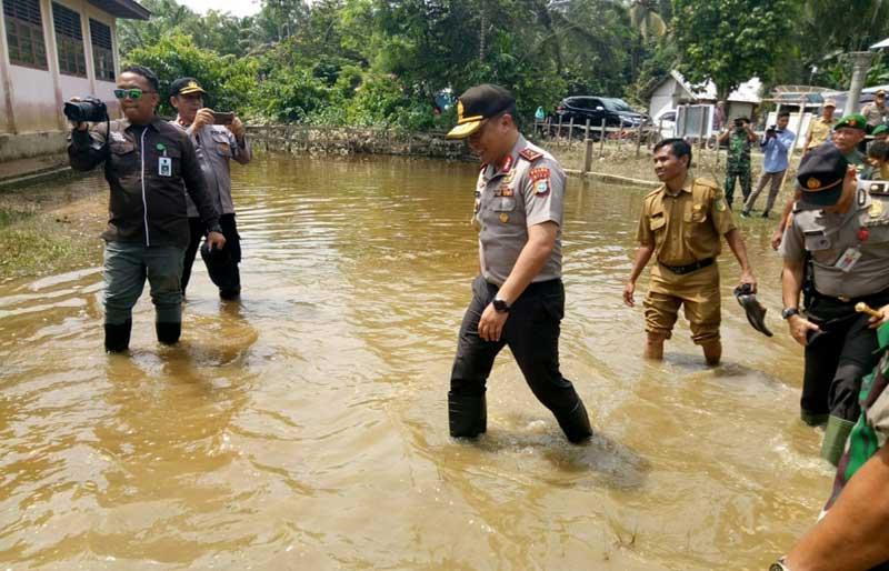 Tinjau Korban Banjir Kuansing, Kapolda Riau Rela Basah-Basah