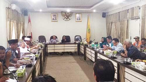 Rapat Paripurna DPRD Molor