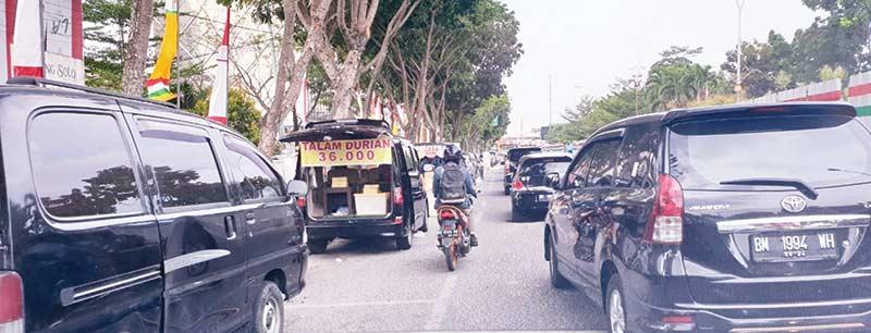 Jalan Cut Nyak Dhien Sempit dan Macet