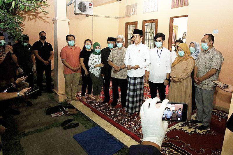 Ibunda Jokowi Dimakamkan di Sebelah sang Suami