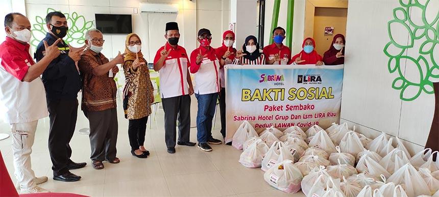 Hotel Sabrina Group dan LSM-LIRA Riau Bagikan 150 Paket Sembako