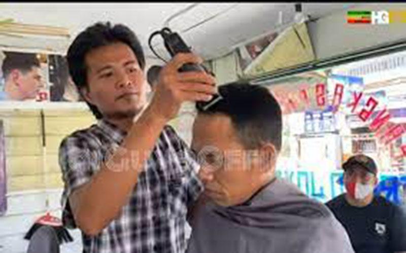 Tukang Pangkas Merinding Bisa Pegang Kepala Ustaz Abdul Somad