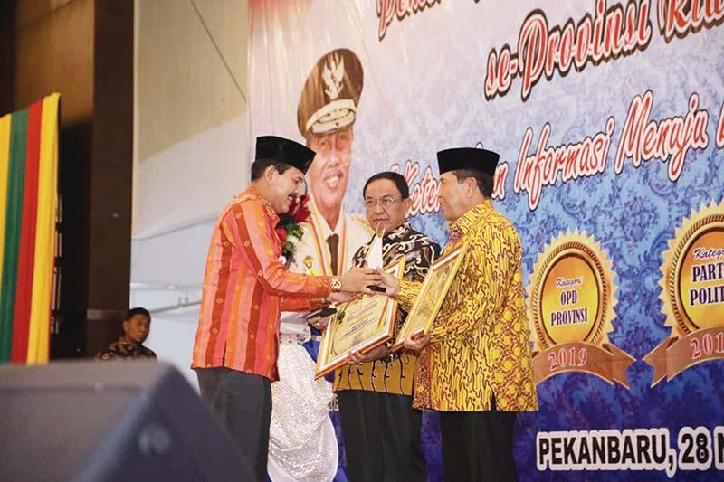 Rohul Terima Penghargaan KI Riau Award