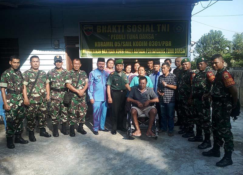 TNI Beri Bantuan kepada Penderita Tunadaksa