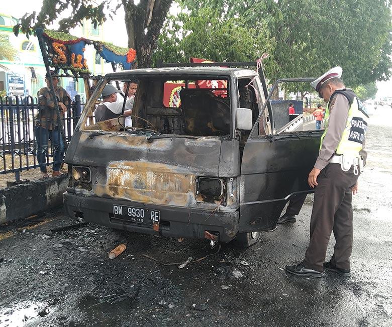 Mobil Terbakar di Depan Mapolres