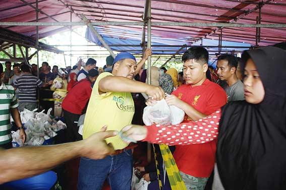 IMRA Riau Kompleks RAPP Berbagi 6.000 Kantong Daging Kurban