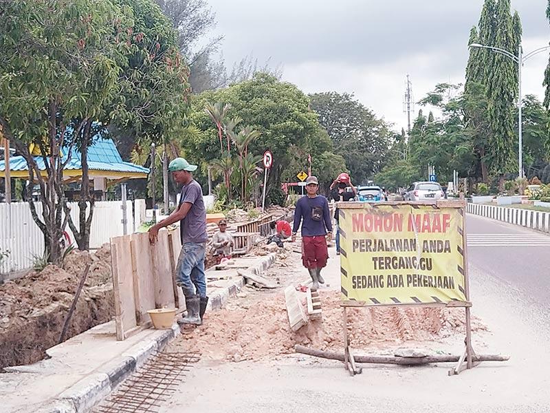Pengerjaan Drainase Jalan Soebrantas Lambat