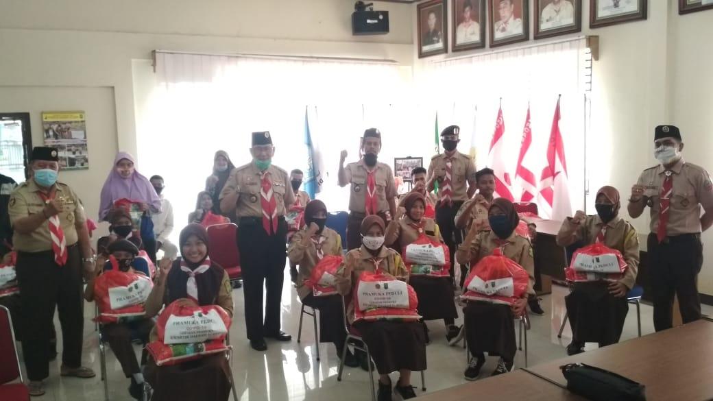 Kwarda Gerakan Pramuka Riau Serahkan Sembako untuk Anggota Pramuka