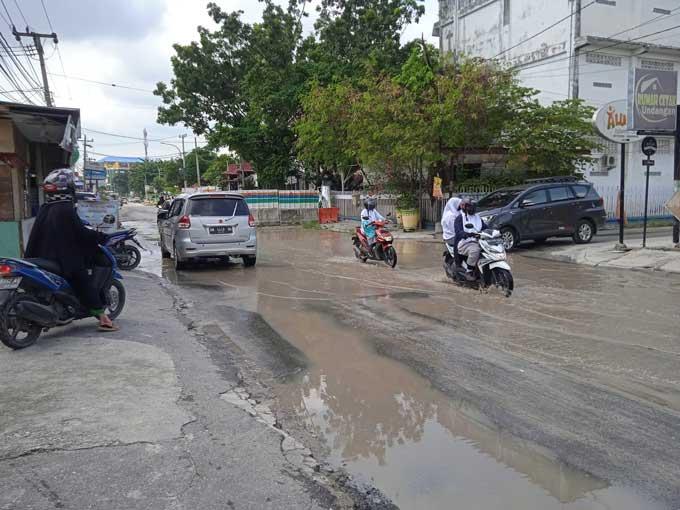Drainase Tersumbat, Jalan KH Ahmad Dahlan Tergenang Air