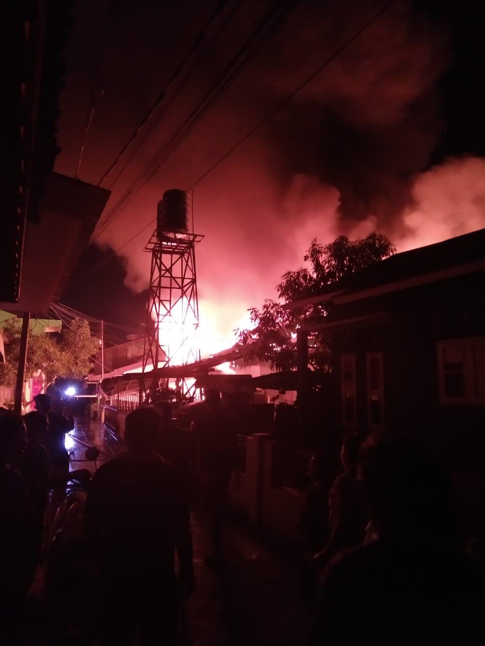 BREAKING NEWS: Perumahan Padat Penduduk di Kampung Dalam Dilahap Api