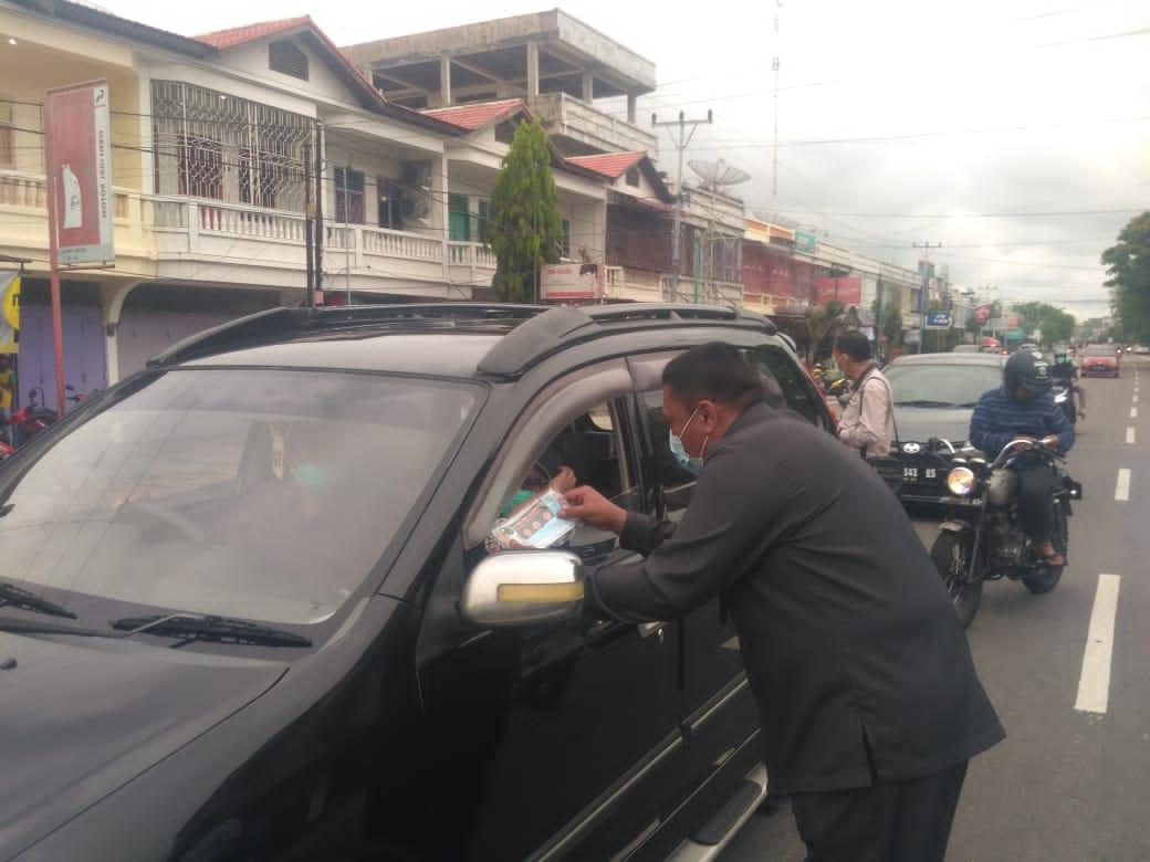 Ketua PN Bengkalis Turun Bagi-Bagi Stiker dan Masker di Jalan