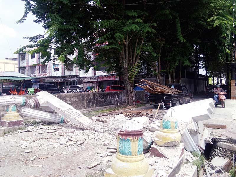 Membahayakan, Gerbang Kantor Camat Dibongkar
