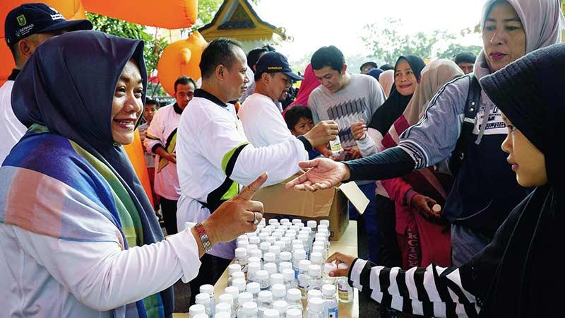 3.000 Botol Air Zamzam Dibagikan Ajak Jamaah Haji Gabung ke IPHI