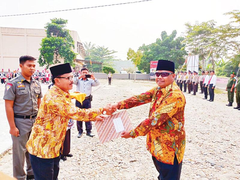 Peduli Pendidikan, Tokoh Masyarakat Mahato Togu Lumban Gaol Terima Penghargaan
