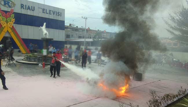 Graha Pena Riau Inisiasi Simulasi Kebakaran Gedung Bertingkat