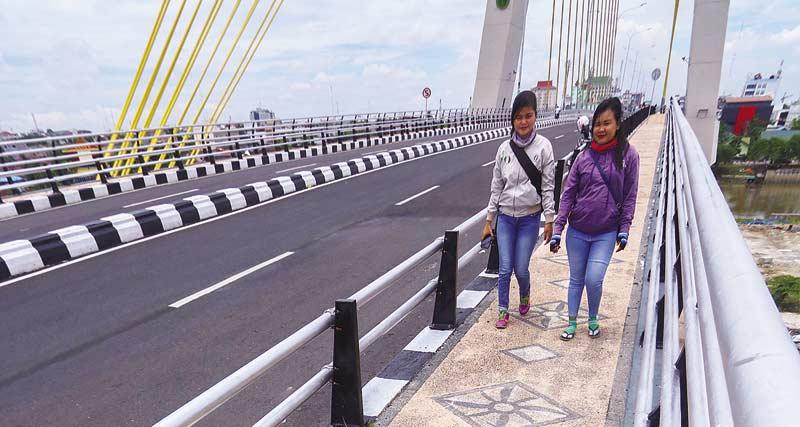 Trotoar Jembatan Siak IV Membahayakan Pejalan