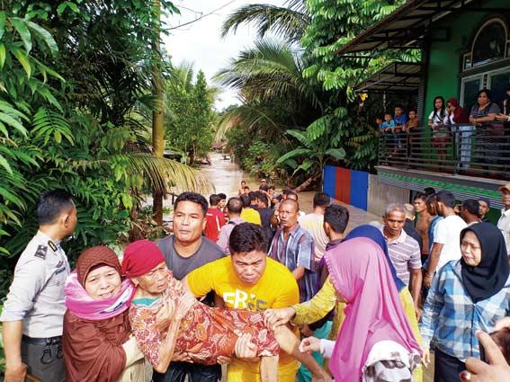 Usai Banjir Bandang, Truk Tidak Bisa Melintas