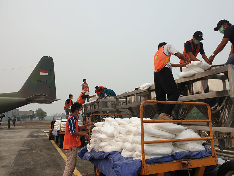 BNPB Semai 4 Ton Garam di Langit Riau