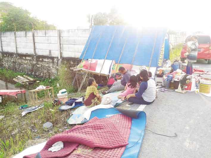Warga Mulai Mengungsi ke Jalan