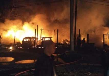 10 Kios dan Enam Mobil Terbakar