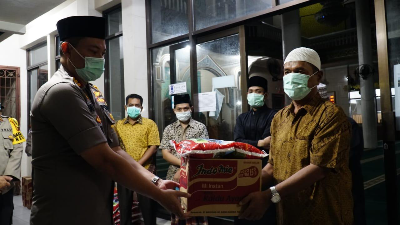 Polresta Pekanbaru Serahkan 100 Paket Sembako ke Masjid