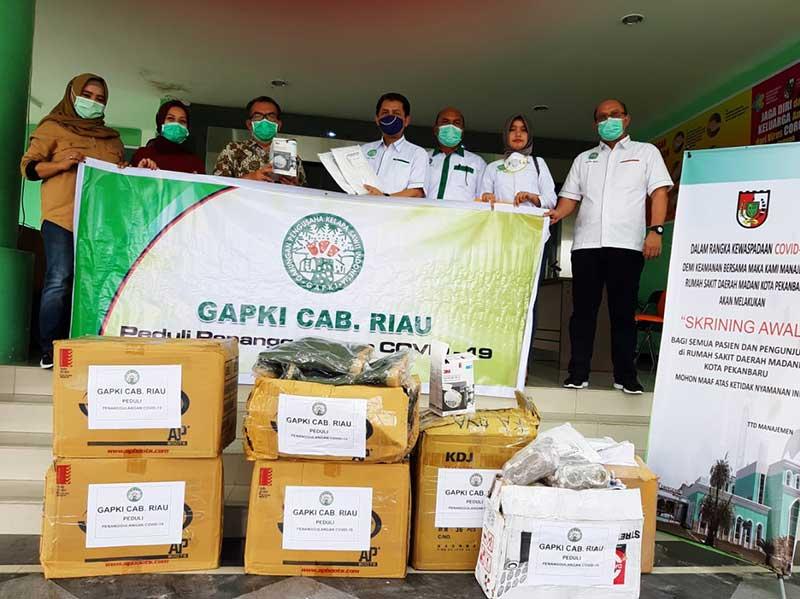 Perangi Covid-19, Gapki Riau Serahkan APD ke RSD Madani