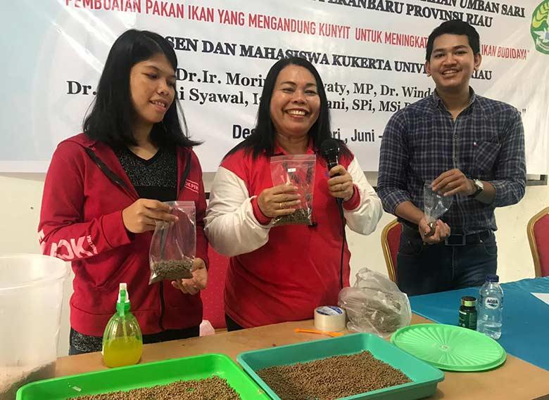 Mahasiswa Kukerta Unri Buat Pakan Ikan Campuran Kunyit