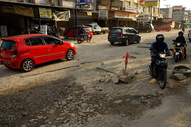 Jalan Rusak Tak Kunjung Diperbaiki