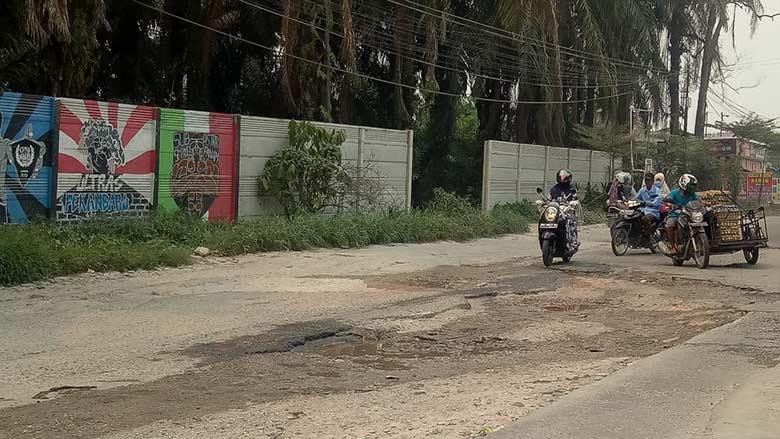 Jalan Rusak TakKunjung Diperbaiki