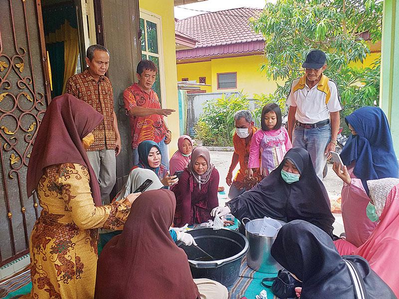 Tambah Pemasukan, Ibu-Ibu Belajar Membuat Sabun Colek