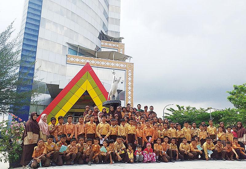SDN 09 Minas Barat Belajar Outing Class ke Riau Pos