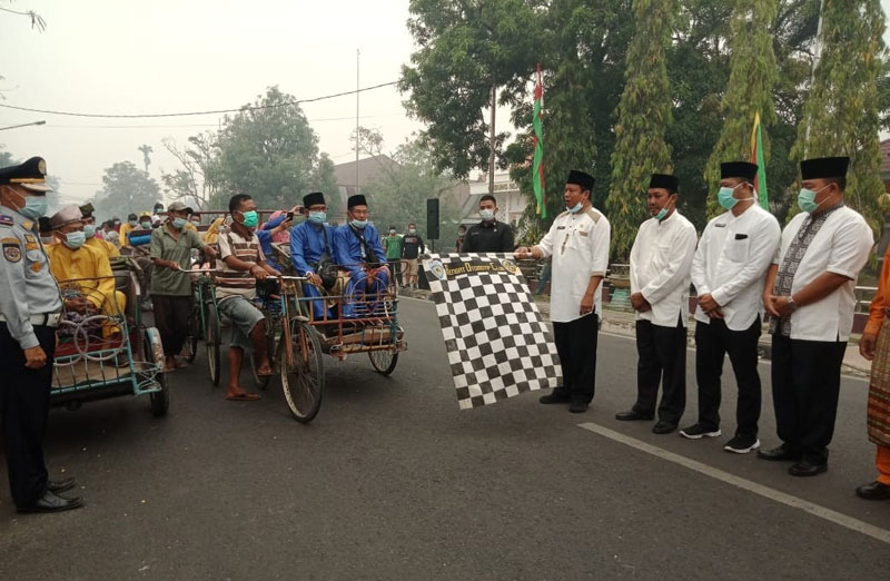Asap Tebal, Peserta Pawai MTQ di Kabupaten Inhu Pakai Masker