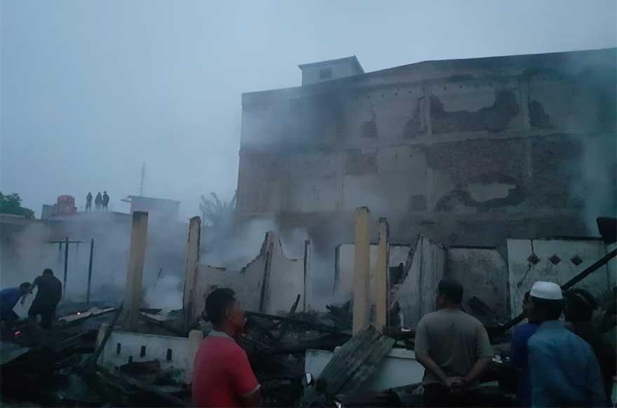 Delapan Rumah Semi Permanen Terbakar