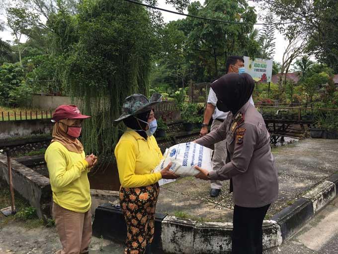 Polsek Bukit Raya Salurkan Sembako