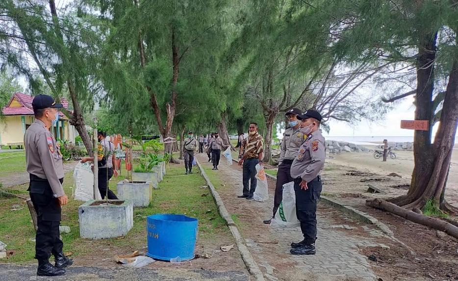 Bersih-Bersih di Pantai Lapin Rupat Utara