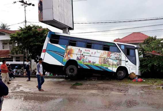 Bus Sekolah Tabrak Warung