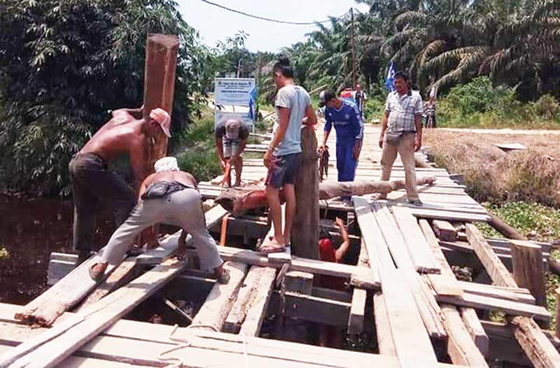 Jembatan Kayu Rusak Akhirnya Diperbaiki