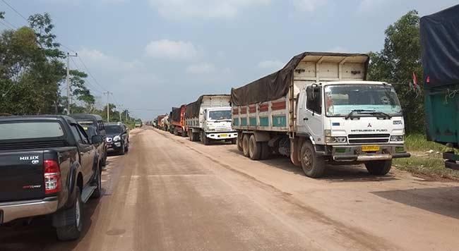 Pungli Parkir Truk Terjadi di Depan  Kantor Polsek Sungai Sembilan