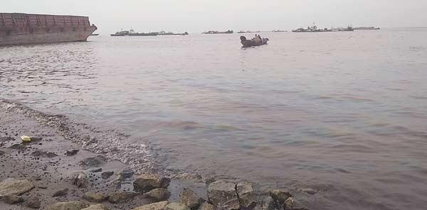 Pinggir Laut Dumai Terkontaminasi BBM