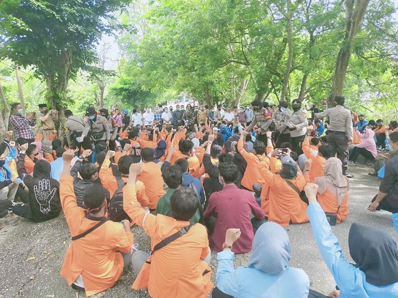 Ratusan Mahasiswa Unjuk Rasa ke Kantor DPRD Inhu