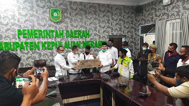 Bupati Meranti dan Ketua DPRD Dapat Titipan Peti Mati dan Nisan