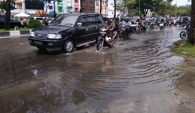 Banjir Sebabkan Kemacetan di Jalan Arifin Achmad
