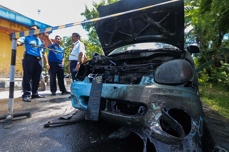 Mobil Terbakar  di Area Bandara SSK II