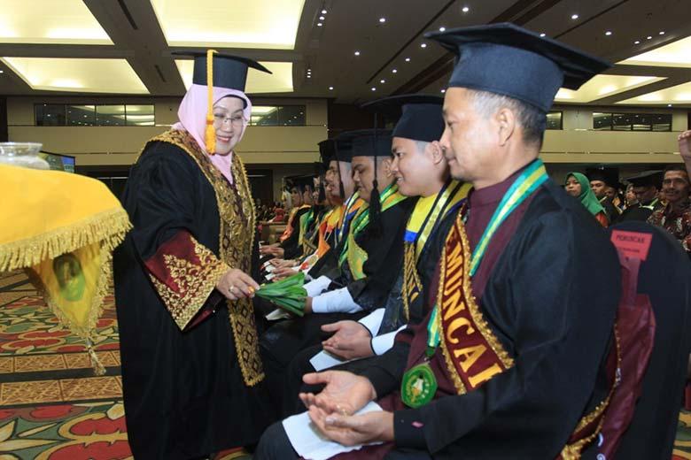 1.044 Mahasiswa Unilak Diwisuda