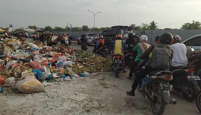 Macet dan Bau Sampah Dikeluhkan Pengendara