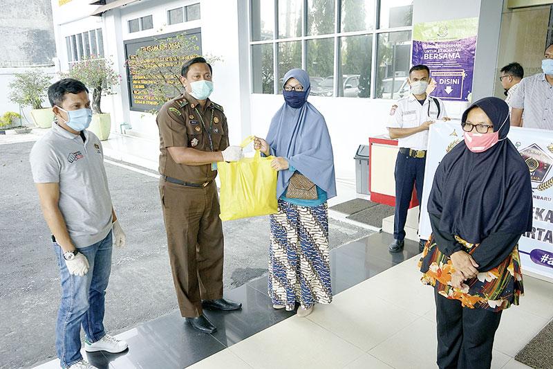 Kejari dan PWI Pekanbaru Distribusikan Ratusan Paket Sembako