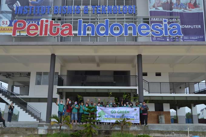 Alumni Angkatan I Strata-2 Pelita Indonesia Hijaukan Kampus Baru